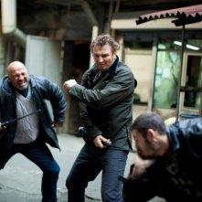 Liam Neeson in una scena di combattimento tratta da Taken: la vendetta
