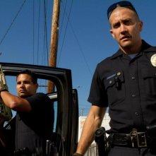 Michael Pena insieme a Jake Gyllenhaal in una scena del poliziesco End of Watch - Tolleranza zero
