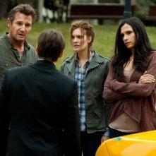 Taken: la vendetta, Liam Neeson insieme a Maggie Grace e Famke Janssen in una scena del film