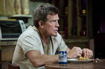 Thomas Haden Church in una scena di Killer Joe mangia del pollo fritto