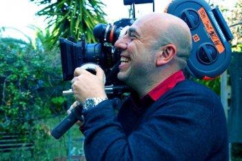 Tutti i santi giorni: il regista Paolo Virzì sorridente sul set del film