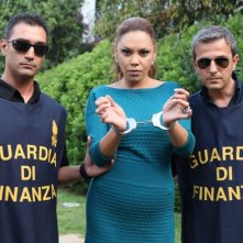 E io non pago: Linda Batista in una foto promozionale ammanettata dalla Guardia di Finanza
