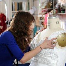 The Wedding Party: Lizzy Caplan in una scena del film afferra l'abito nuziale della sua amica