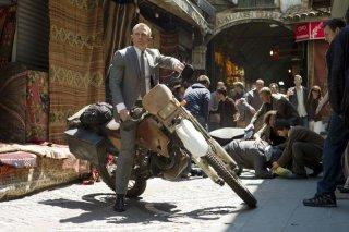 007 - Skyfall: Daniel Craig in moto nei panni di James Bond  in una scena d'azione del film