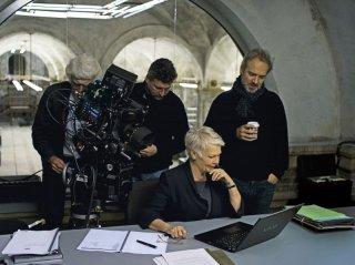 007 - Skyfall: Judi Dench sul set con il regista Sam Mendes