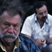 Beyond the Hill: Tamer Levent e Reha Özcan (dietro) in una scena del film