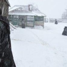 Beyond the Hills: Cosmina Stratan durante una bufera di neve in una scena del film