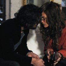 Bianca Guaccero in dolce compagnia in una scena di Si può fare l'amore vestiti?