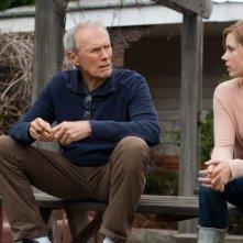 Clint Eastwood chiacchiera con la figlia Amy Adams in una scena di Di nuovo in gioco
