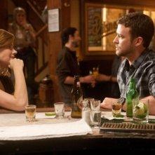 Di nuovo in gioco: Amy Adams e Justin Timberlake in un bar in una scena del film