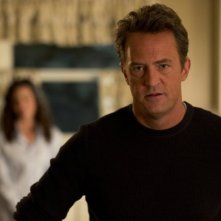 Go On: Matthew Perry e, sullo sfondo, Christine Woods nell'episodio Do You Believe in Ghosts...Yes!