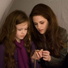 Kristen Stewart con Mackenzie Foy in Twilight Saga: Breaking Dawn - Parte 2