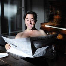 Mann tut was Mann kann: Schamski (Jan Josef Liefers) impegnato a leggere il giornale