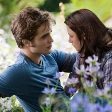 Robert Pattinson e Kristen Stewart in una bella scena di The Twilight Saga: Breaking Dawn - Parte 2