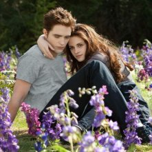 Robert Pattinson e Kristen Stewart tra i fiori in una scena di The Twilight Saga: Breaking Dawn - Parte 2