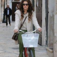 Si può fare l'amore vestiti?, Bianca Guaccero in bicicletta in una scena del film