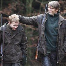 The Hunt: Mads Mikkelsen in un'immagine del film con il giovane Lasse Fogelstrøm