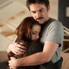 Twilight Saga: Breaking Dawn - Parte 2, Billy Burke e Kristen Stewart in una scena