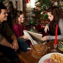 Twilight Saga: Breaking Dawn - Parte 2, Kristen Stewart con Mackenzie Foy e Taylor Lautner in una scena