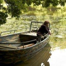 Un'estate da giganti: Zacharie Chasseriaud in barca in una scena del film