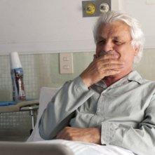 Viva l'Italia: Michele Placido sorride sul letto d'ospedale in una scena del film