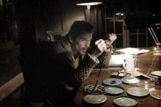 Sinister: Ethan Hawke è uno scrittore impegnato in una indagine legata all'occulto
