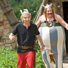 Gérard Depardieu e Edouard Baer in una scena del film Asterix e Obelix al servizio di sua maestà: