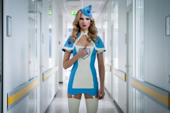 Birte Glang infermiera supersexy nel film Agent Ranjid rettet die Welt