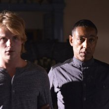 Revolution: Graham Rogers e Giancarlo Esposito nell'episodio Sex and Drugs