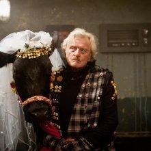 Rutger Hauer con la mucca Benita in Agent Ranjid rettet die Welt