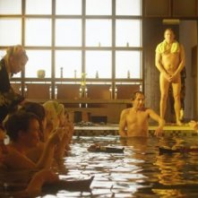 Uwe Steimle (in piedi, a bordo vasca) nel film Sushi in Suhl