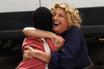 Il sole dentro: Fallou Cama abbracciato da Angela Finocchiaro in una scena del film