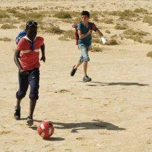 Il sole dentro: Fallou Cama corre nel deserto con Gaetano Fresa in una scena