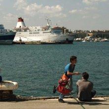 Il sole dentro: Fallou Cama e Gaetano Fresa aspettano impazienti al porto in una scena