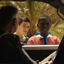 Il sole dentro: Fallou Cama e Gaetano Fresa chiedono un passaggio in una scena del film