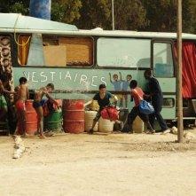 Il sole dentro: Fallou Cama e Gaetano Fresa giocano con altri bambini in una scena