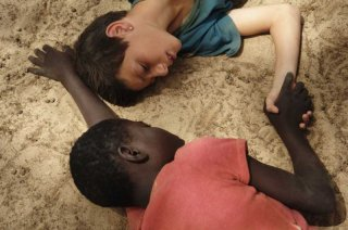 Il sole dentro: Fallou Cama in una bella immagine del film insieme a Gaetano Fresa