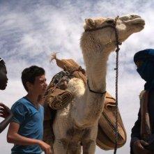 Il sole dentro: Fallou Cama nel deserto con Gaetano Fresa e un beduino