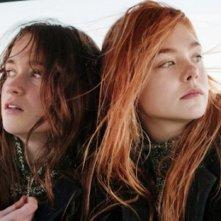 Elle Fanning e Alice Englart si guardano intorno in una scena di Ginger & Rosa
