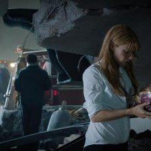 Iron Man 3: Gwyneth Paltrow osserva i resti della vecchia armatura di Tony Stark