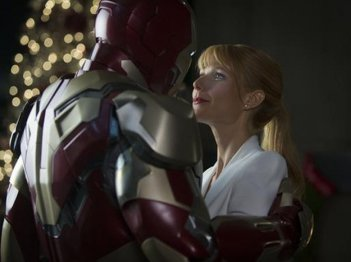Iron Man 3: Robert Downey Jr. abbraccia la sua assistente Gwyneth Paltrow