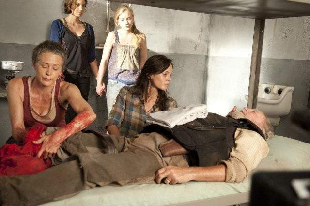 The Walking Dead: Sarah Wayne Callies, Lauren Cohan, Emily Kinney, Melissa Suzanne e Scott Wilson nell'episodio Il risveglio