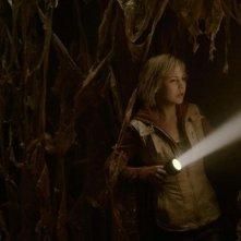 Adelaide Clemens si fa strada con una torcia elettrica in Silent Hill: Revelation 3D