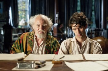 Cloud Atlas: Jim Broadbent e Ben Whishaw in una scena