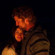 Gerard Butler abbraccia Abigail Spencer in Chasing Mavericks