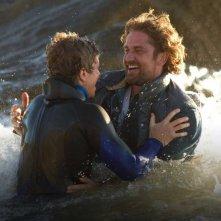Gerard Butler con Jonny Weston in Chasing Mavericks
