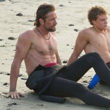 Gerard Butler e Jonny Weston sono due surfisti in Chasing Mavericks