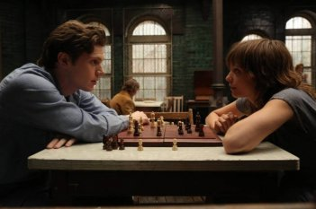 Evan Peters e Lizzie Brochere in American Horror Story - Asylum, episodio Nor'easter