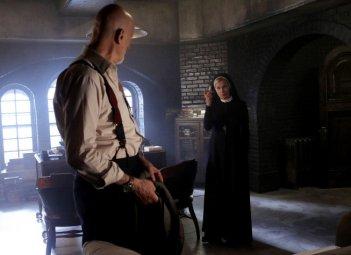 Jessica Lange e James Cromwell in American Horror Story - Asylum, episodio Nor'easter, terzo della seconda stagione