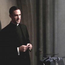 Joseph Fiennes in Tricks and Treats, secondo episodio di American Horror Story, Asylum